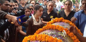 Family and friends of slain mayoral candidate Aidé Nava González pay their respects at her funeral. Photo: El Universal.